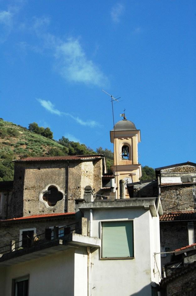 Il campanile di S. Antonio Abate spicca sull'abitato