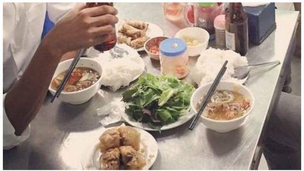 Las especulaciones que desató la foto de Barack Obama comiendo con el chef Anthony Bourdain en Vietnam –