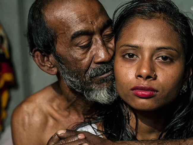Las conmovedoras imágenes de la vida en el burdel amurallado de Bangladesh