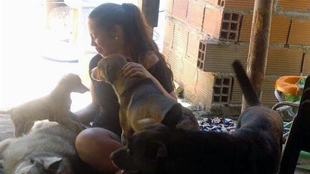 Milagros rescató a más de 100 perros callejeros y tiene solo 15 años