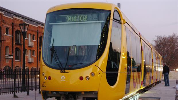 El tranvía de Puerto Madero, una postal de la desidia que se empezó a demoler
