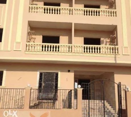 شقة 165م علي طريق رئيسي بمدينة الشروق بالتقسيط