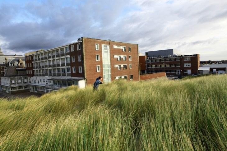 Hôpital, enfant dans les dunes