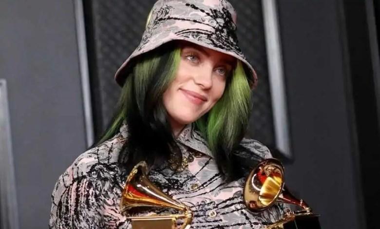 billie eilish posa para foto segurando dois troféus do grammys (reprodução/internet)