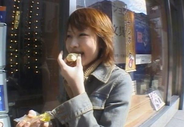 東京ばな奈を美味しそうに食べる博多美人