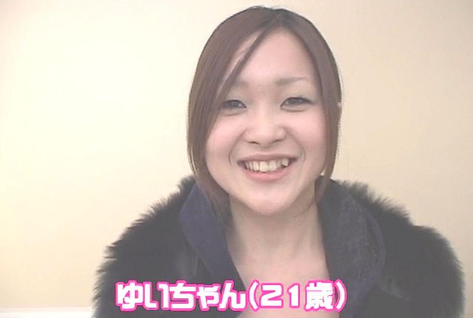 笑うと見える八重歯がキュートな「ゆいちゃん」(21歳)Bカップ