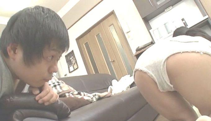 四つん這いの姉のマンスジをガン見する弟www