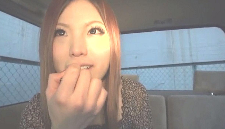 22歳学生のギャル風女子を路上ナンパして撮影車でインタビューするシーン