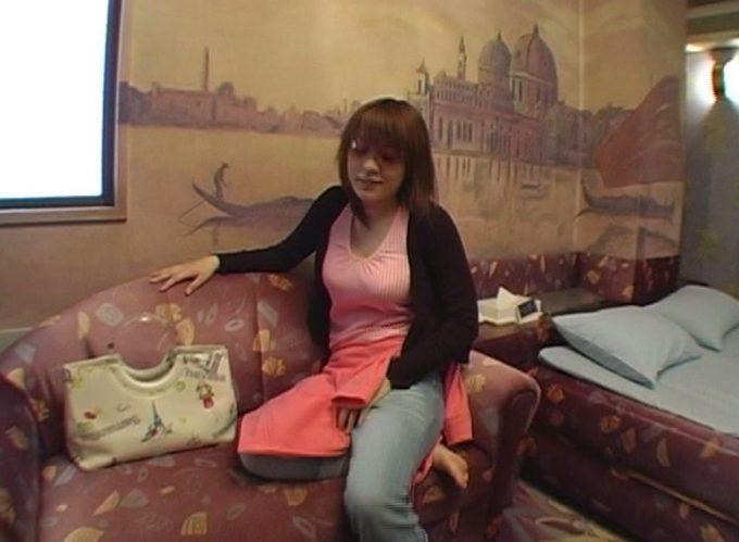真っ昼間のラブホテルに入室してソファに倒れ込む巨乳ギャル