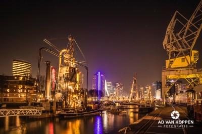 Nachtfoto van de Leuvehaven in Rotterdam met op de achtergrond de Erasmusbrug en De Rotterdam genomen vanaf het Scheepvaartmuseum.