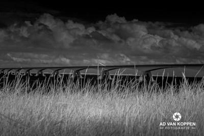 Infraroodfoto in zwart wit van de Zeelandbrug met woeste dreigende wolkenlucht.