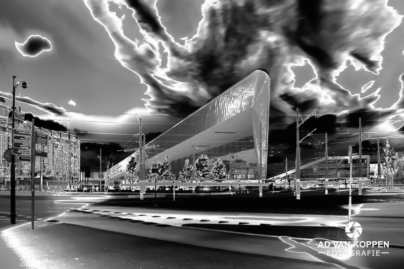 Infraroodfoto in zwart wit van De Stationshal van het Centraal Station in Rotterdam onder een dramatisch lucht.