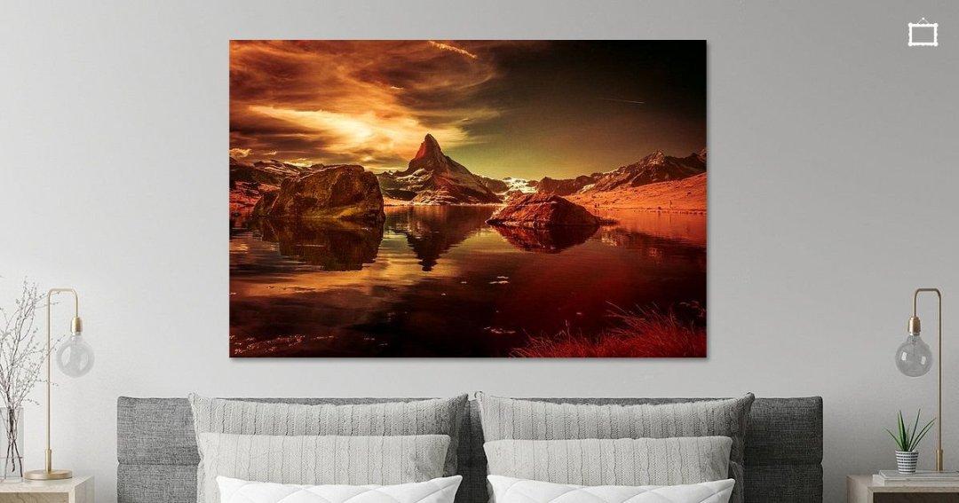 Infraroodfoto van De Matterhorn met zijn weerspiegeling in de Stellisee. Met rode aardetinten.