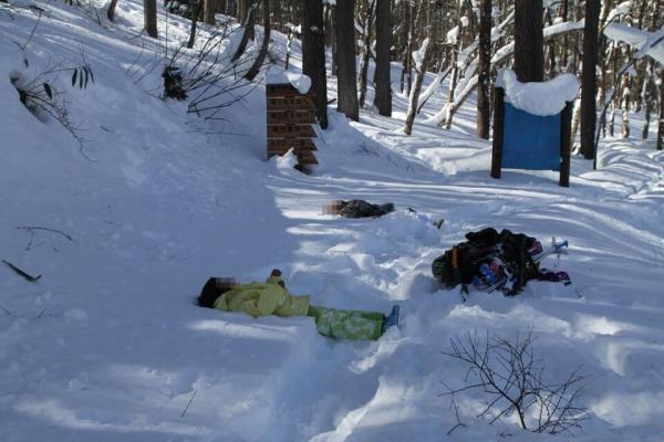 雪に寝転ぶ写真