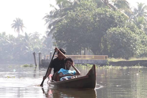 カヌーで遊ぶ少年たちの写真