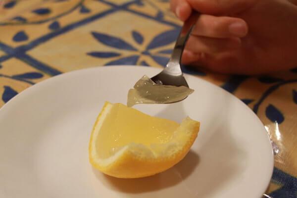 三宝柑ゼリーをスプーンですくう写真