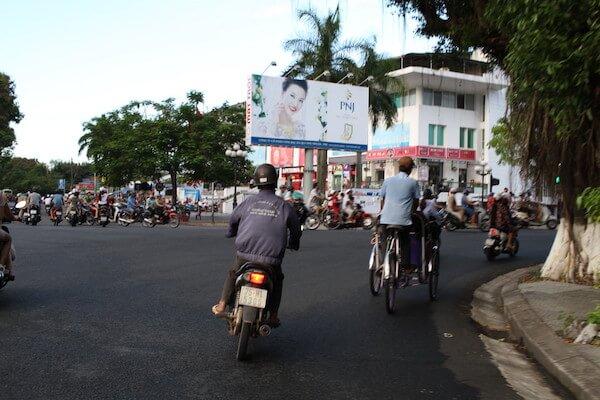 交差点をシクロで横断する写真
