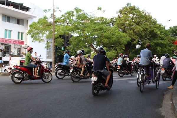バイクの通る中シクロで走る写真