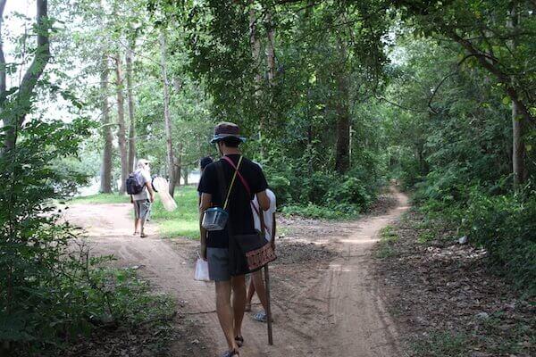 アンコールの森をスタートする写真