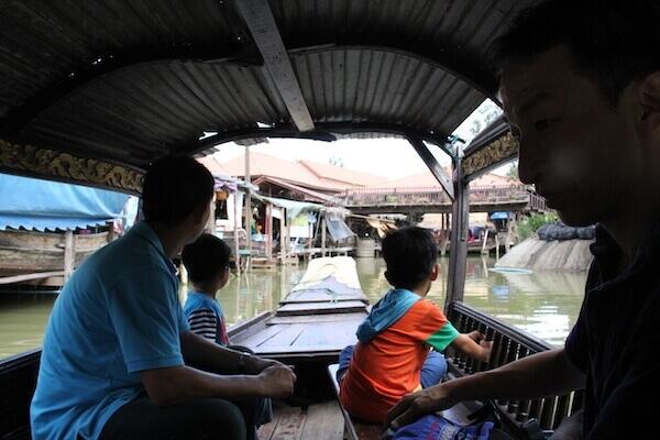 水上マーケットのボートの写真