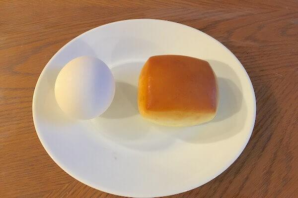 パンと卵の大きさを比較した写真