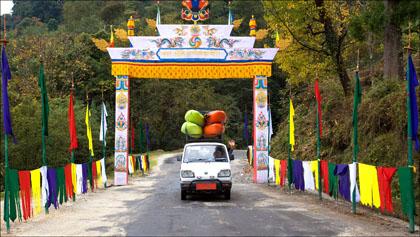 Van_archway_road_kayaks_Bhutan