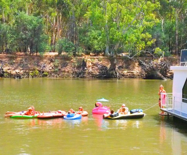 Murray_River_Houseboat_Float
