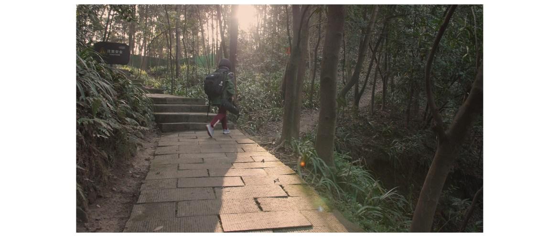 Turning to the narrow dirt trail to the Three Rocks (三块石)