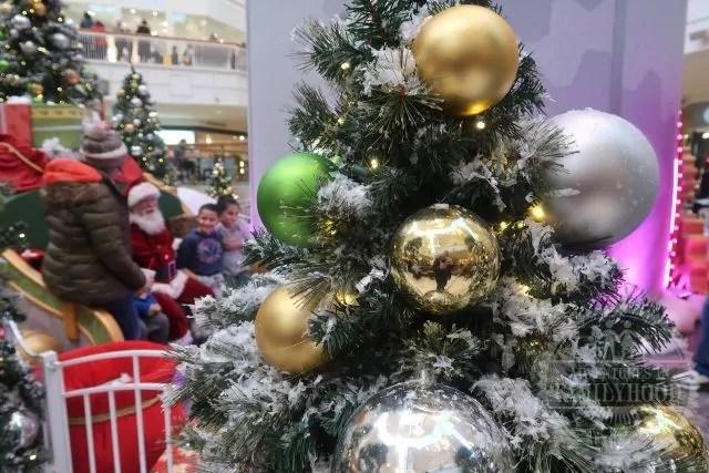 Santa meets a family at Santa HQ by HGTV