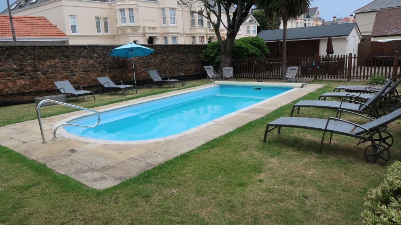 outdoor pool Ommaroo Hotel In Jersey