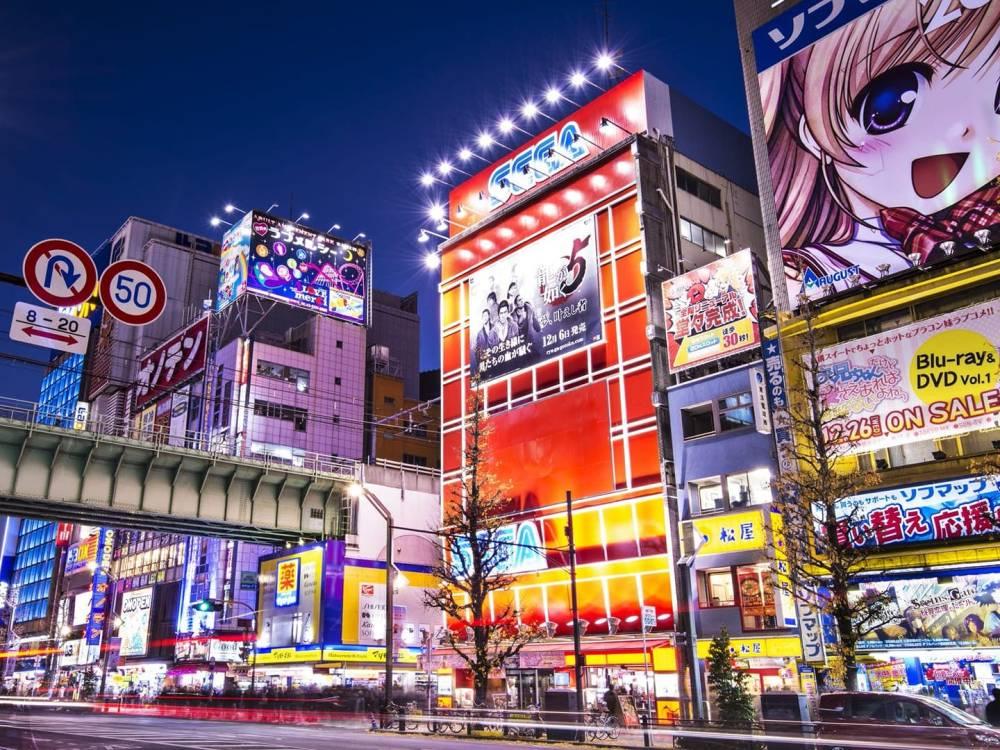 Akihabara es un lugar donde puedes encontrar Anime, Manga y figuras de anime. muchas jovenes vienen ...