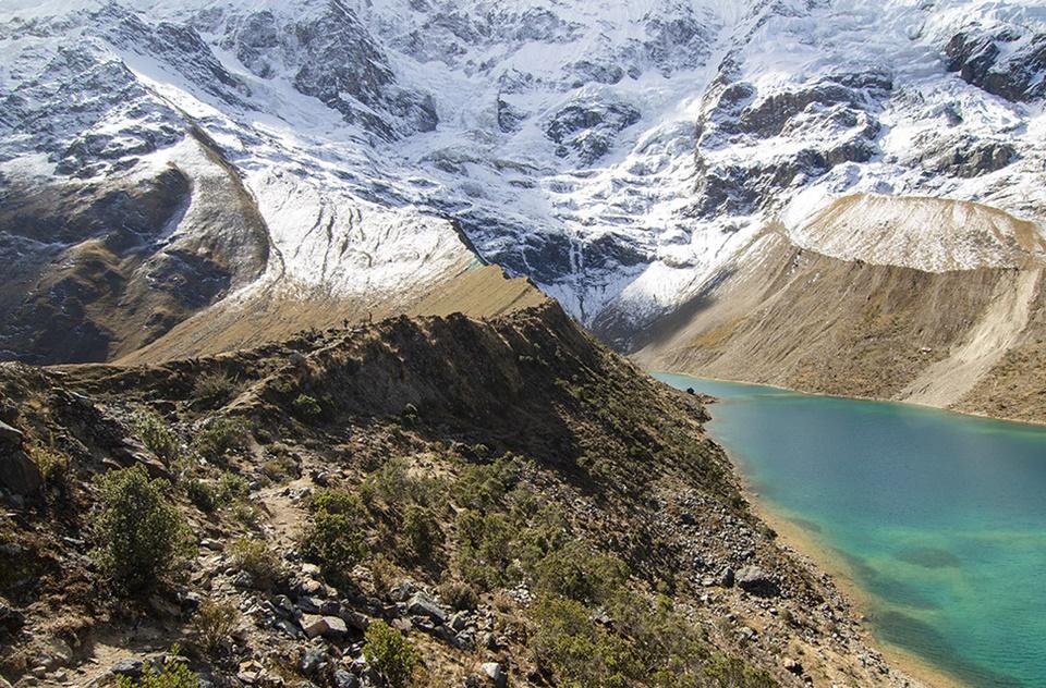 Visitar el lago Humantay, en Perú, es descubrir un lago de agua turquesa en la cordillera de Vilcabamba