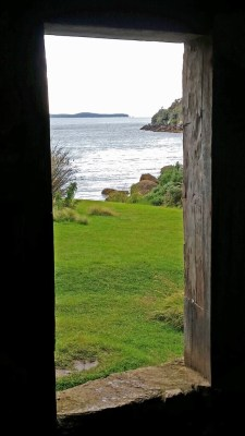 stewart-island-ackers-cottage-ocean-view-thru-doorway