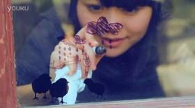 Zhang Xinyi drawing on a window.