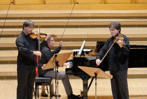 Duelul Viorilor violoniştii Liviu Prunaru şi Gabriel Croitoru şi pianistul Horia Mihail Foto_Virgil Oprina