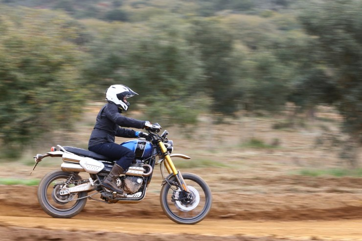 triumph scrambler 1200 review 03