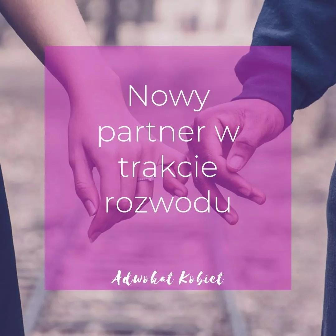 Dwie osoby trzymają się za ręce. Grafika do artykułu na blogu Adwokat Kobiet. Tekst na grafice nowy partner w trakcie rozwodu