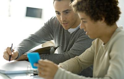 Professeur qui assure la continuité des cours au domicile de son élève