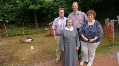 Sr. Amalia mit Mitarbeitern der Grafschafter Diakonie