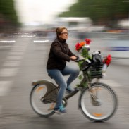 champs-elysees-cyclist