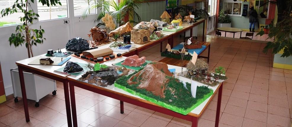 Exposição de castros e grutas no átrio da escola