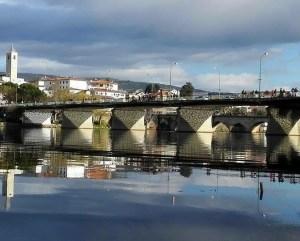 Ponte reflectida no rio