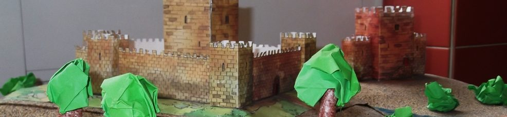 Maquete de castelo (com árvores à frente)
