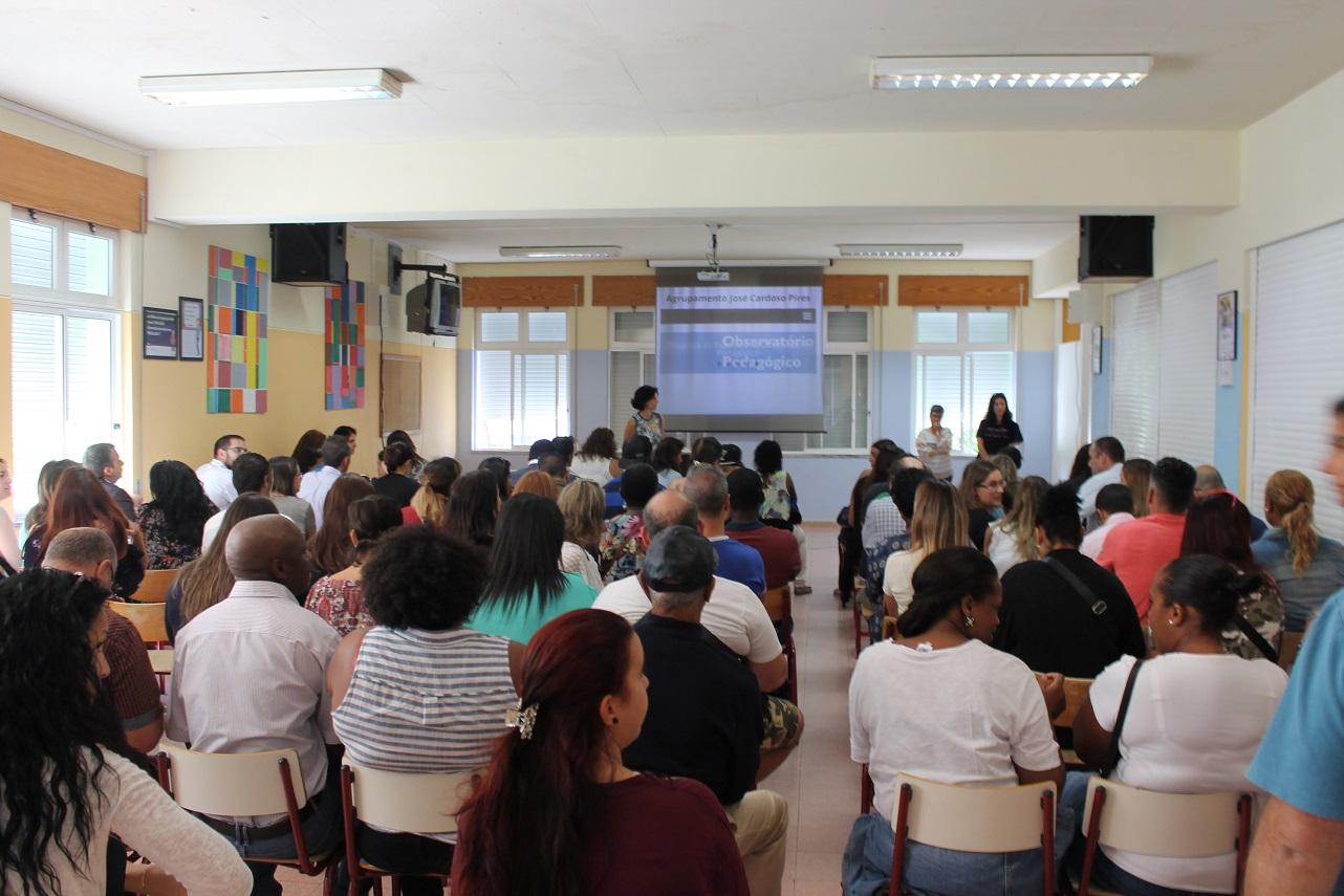 Encarregados de educação no início do ano com a Directora da escola
