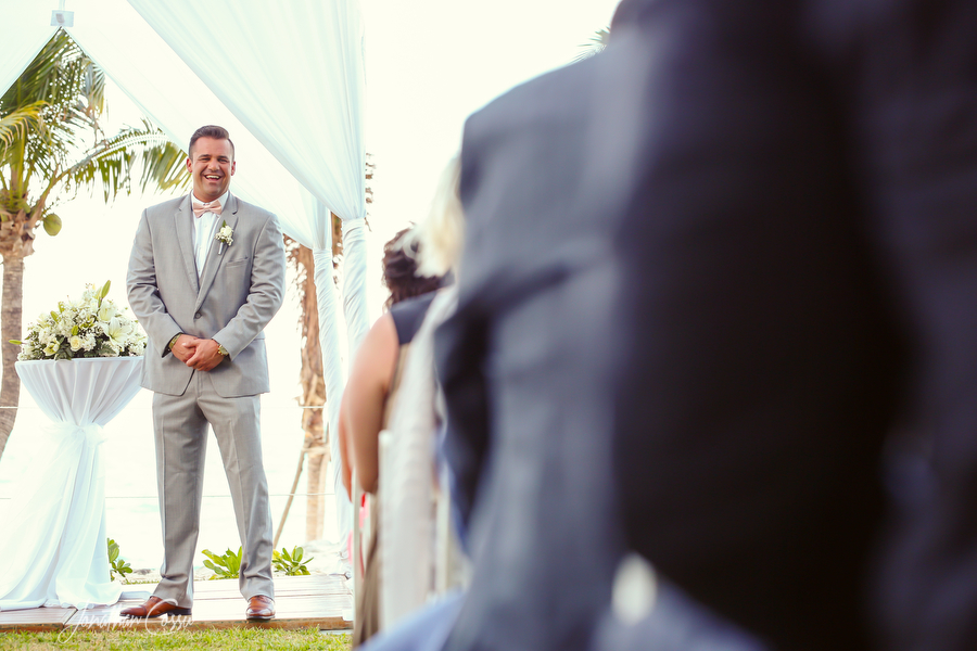 Excited groom sees his bride. Jonathan Cossu Photographer