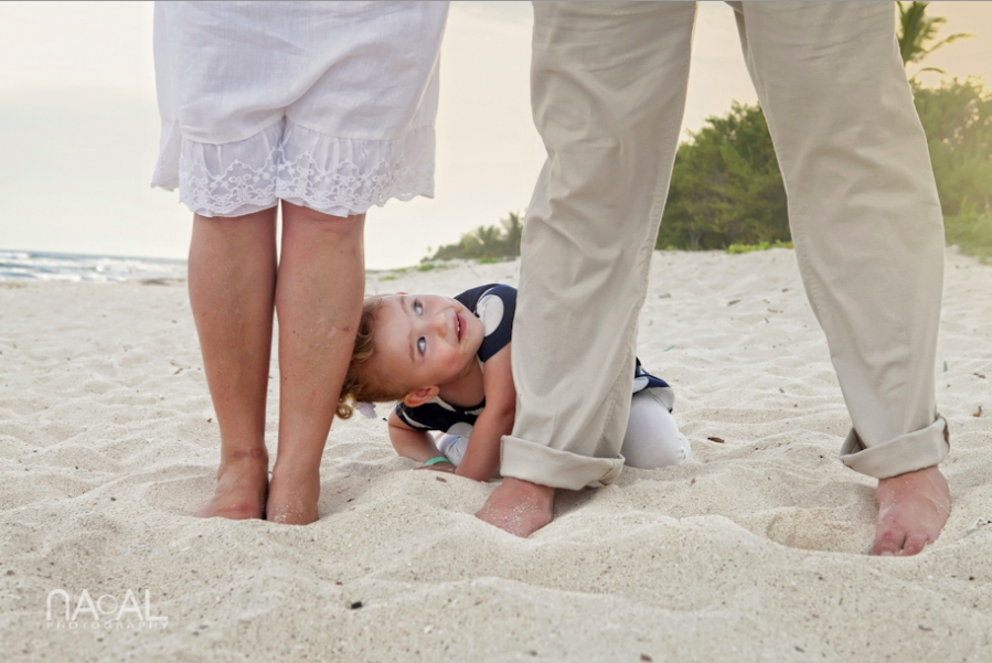 Peek-a-boo. Kids at weddings by Naal Wedding Photography, Riviera Maya, MX