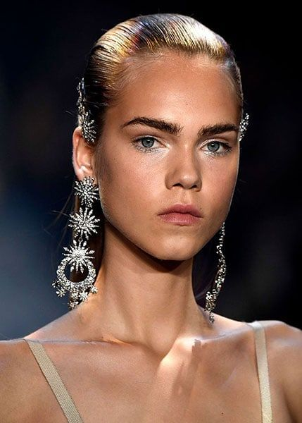 Bold eye-brows beauty trend 2018
