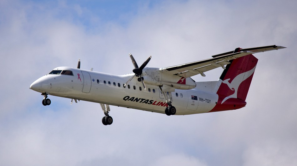 QantasLink_(VH-TQY)_Bombardier_Dash_8_Q300_on_approach_to_Canberra_Airport_(2)