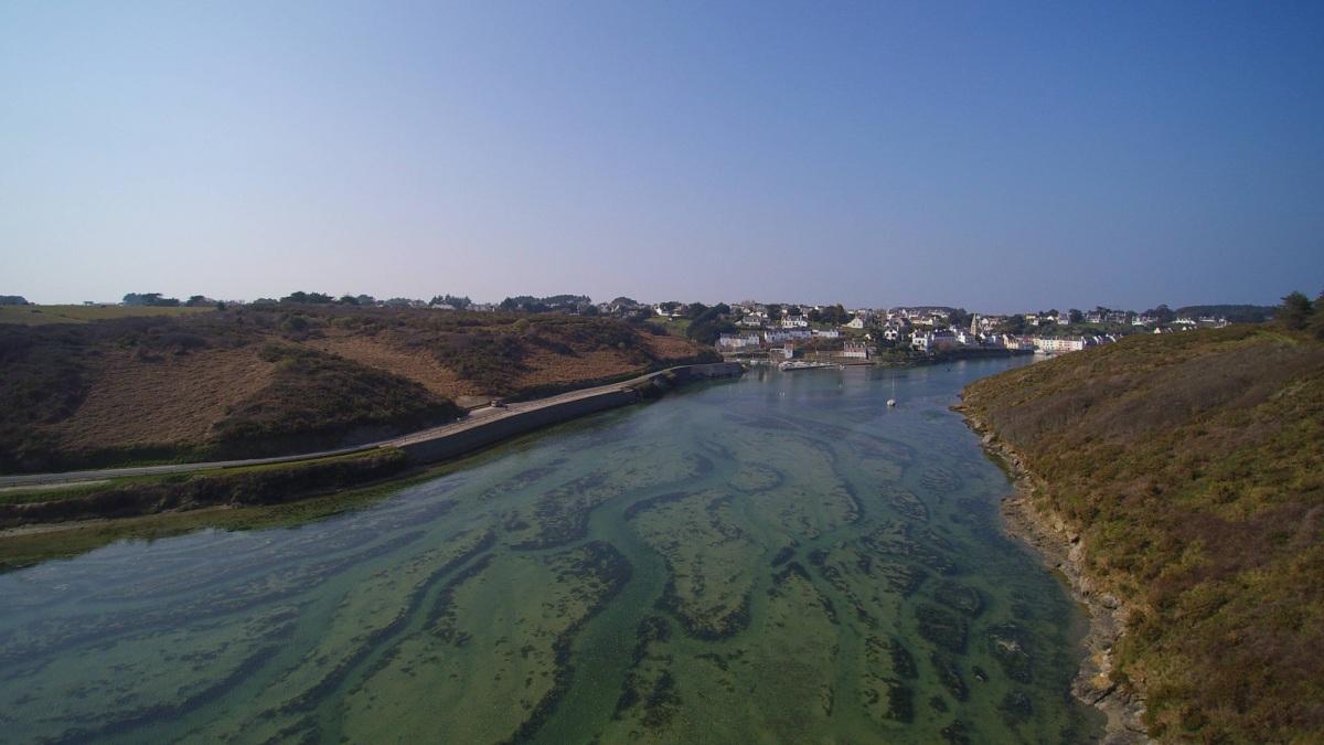 Vue aérienne en drone de la ria de l'arrière-port de Sauzon, à Belle-île-en-mer, dans le Morbihan (56) vu depuis la rive opposée. © Denis JEANT
