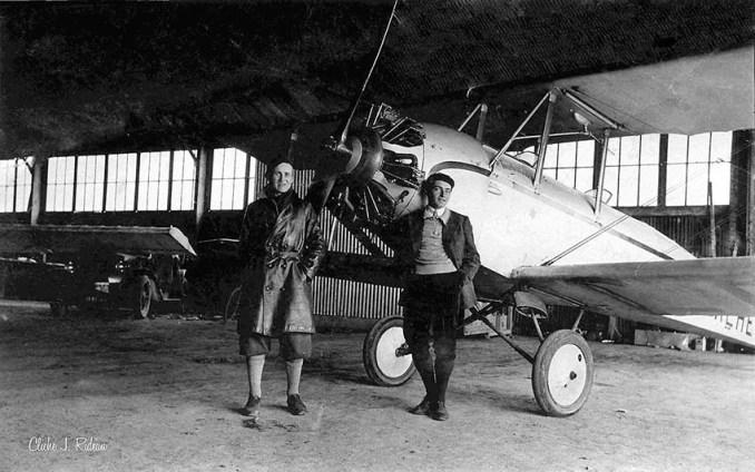 En 1934, dans le hangar de l'ACT: Jean Anthonioz et Gaston Durand devant le Caudron Luciole F-ALRE «Tourbillon» du club. (@ Jean Rideau)